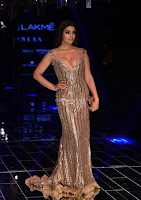 Shriya Saran Looks Stunning at Lakme Fashion Show 2017 001.jpg