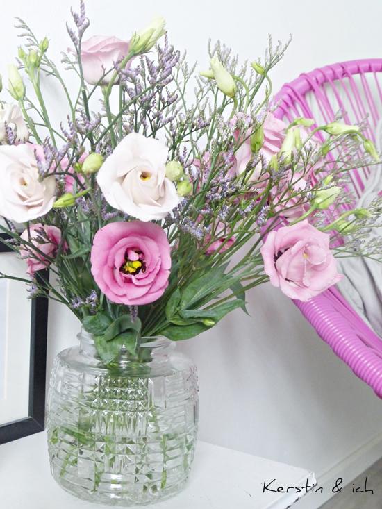 Blumenstrauß Strandflieder und Japanrosen in Vase aus Lampenschirm Upcycling