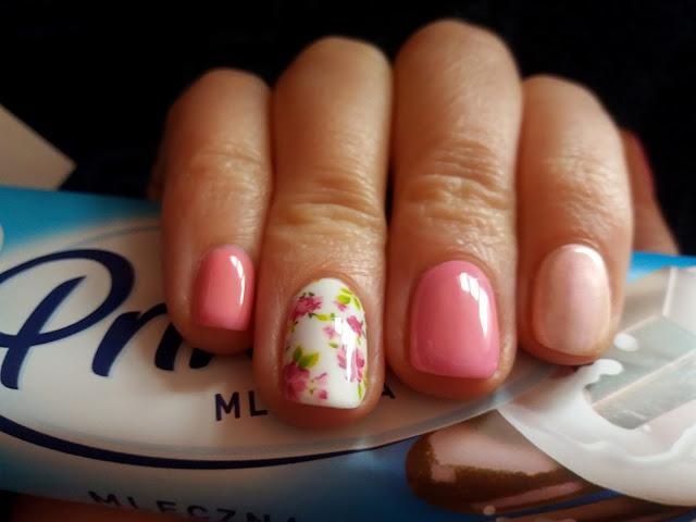 kwiatki na paznokaciach
