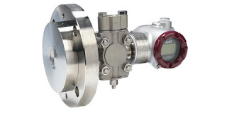 pressure transmitter for mounting to flange on a tank