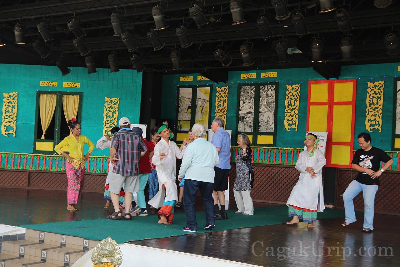 Menari bersama di atas panggung di Mini Malaysia & ASEAN Cultural Park