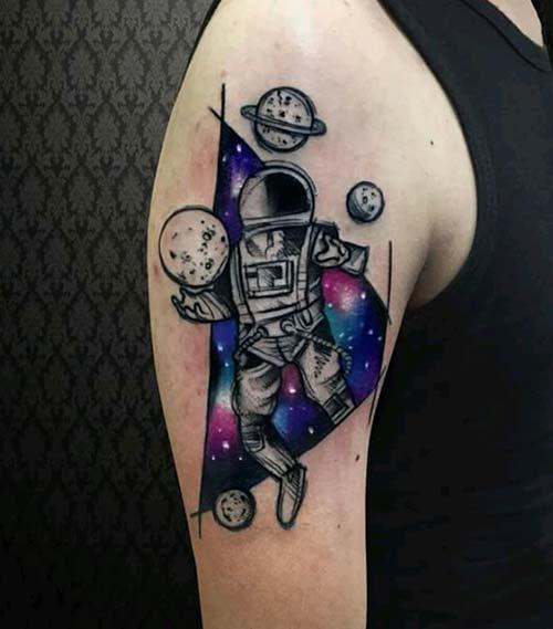 erkek üst kol astronot dövmesi man upper arm astronaut tattoo