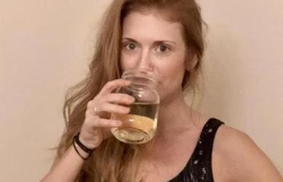 سيدة أعمال تشرب «البول» لترطيب بشرتها