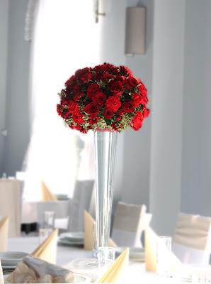 Dekoracja z czerwonych kwiatów w Hotelu Salvador w Pyrzycach