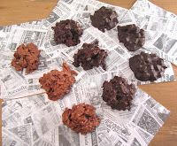 Rocas de chocolate con palitos de almendra y neulas y rocas de chocolate con dados de piel de naranja confitada