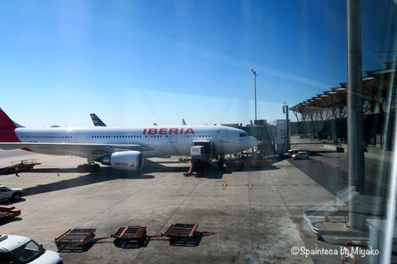スペイン直行便バラハス空港で待機するイベリア飛行機