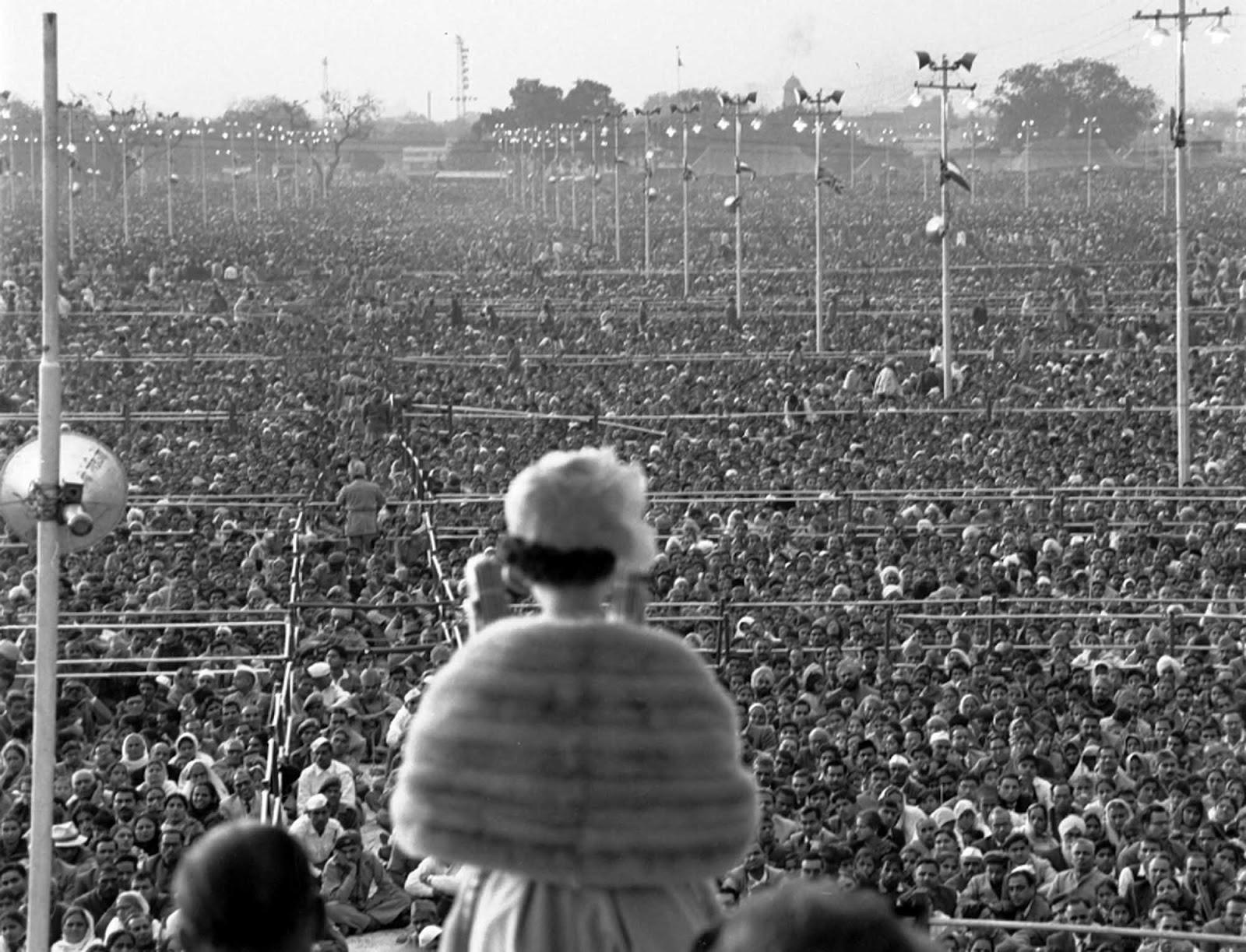 La reina Isabel II de Gran Bretaña se dirige a una vasta reunión de más de un cuarto de millón en Ramlila Grounds, un gran lugar de reunión pública fuera de los muros de la Vieja Delhi, India, en 1961.