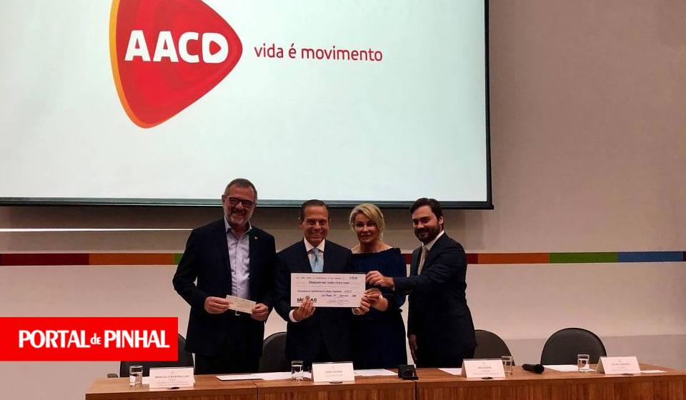Doria doa primeiro salário e 'multas' de secretários atrasados para instituição AACD