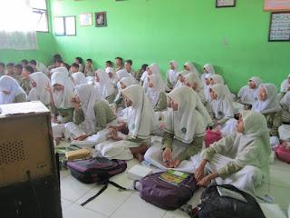 siswa mendengarkan presentasi sosialisasi hidup sehat