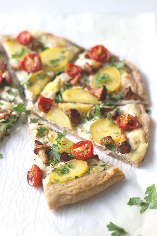 Rezept für Pizza: Kartoffelpizza mit Pfifferlingen und confierten Tomaten. *Holunderweg18
