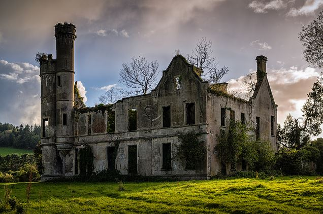 Esta mansão abandonada perto de Kilgarvan, na Irlanda, é uma prova clara de que a natureza nunca espera muito tempo para se mudar