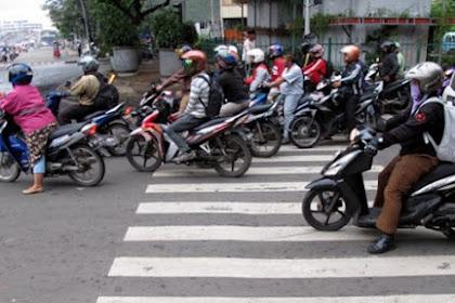 Inilah Kebiasaan Pemotor Saat di Berhenti di Traffic Light
