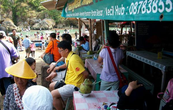 Menikmati es kelapa muda di Pantai Baron