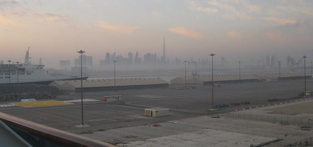 Hafen und Skyline Dubai vom Schiff aus bei Tag