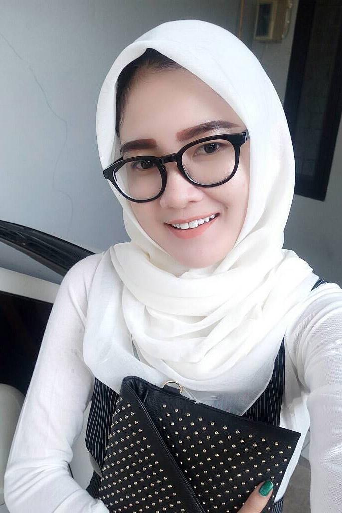 Cewek IGO Jilbab Kacamata bayi makassar