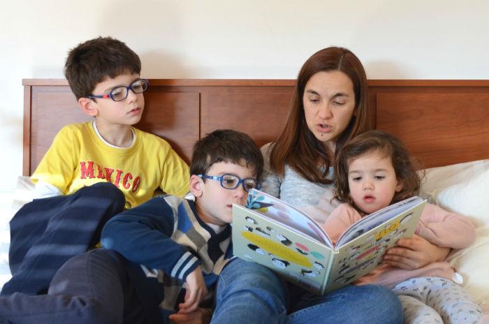 madre leyendo a sus hijos un cuento para superar una mala experiencia