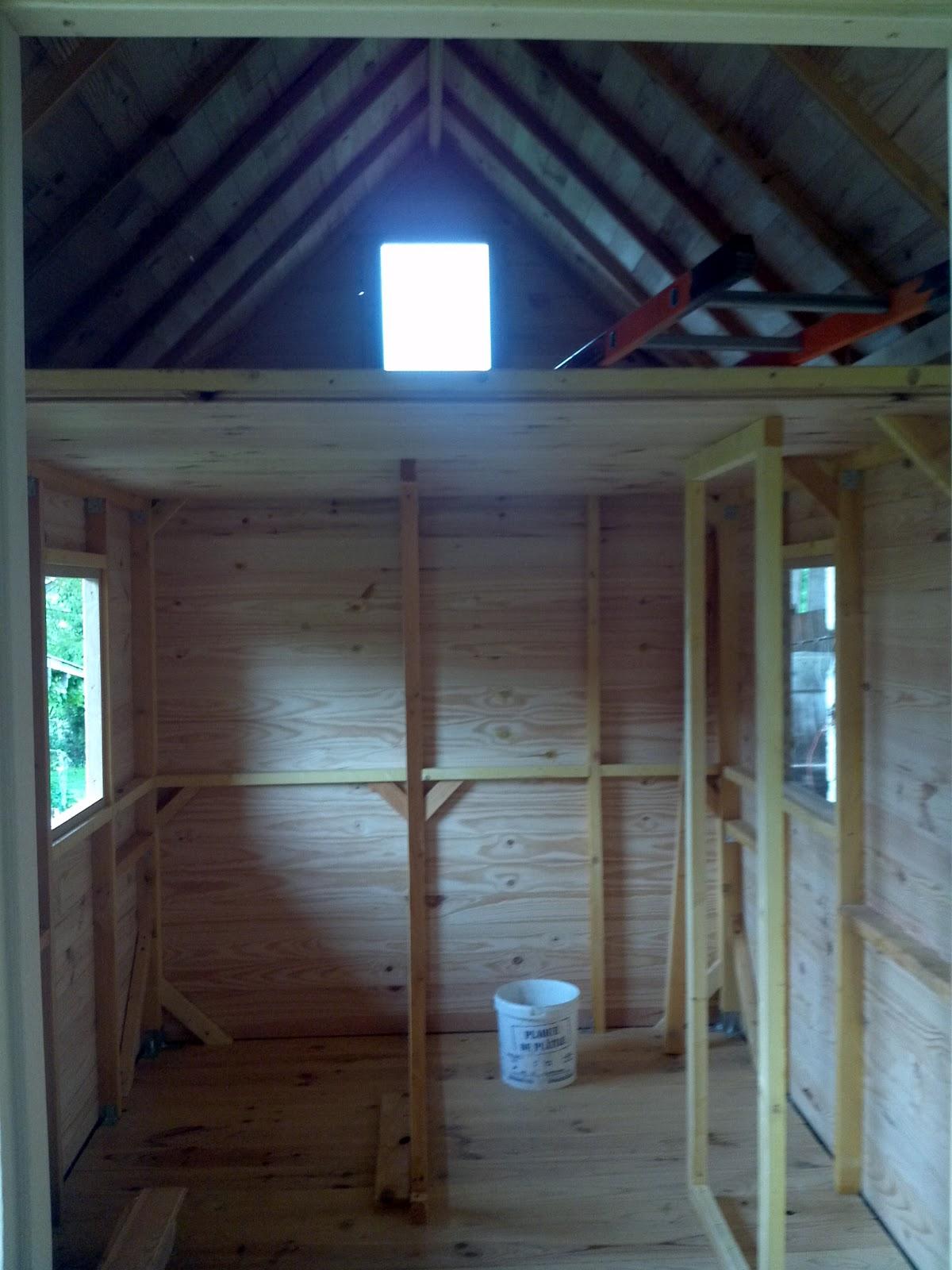 chalotte une tiny house entre la roulotte et le chalet built tiny house. Black Bedroom Furniture Sets. Home Design Ideas