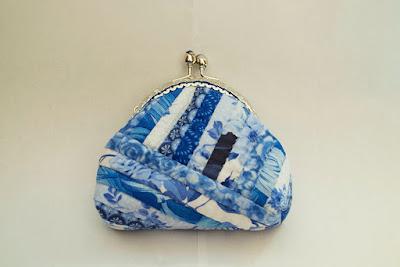 Monedero de patchwork con boquilla y en tonos azules. Aguja del Sur