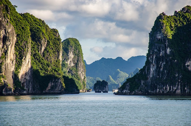 Admire the panoramic beauty of Halong Bay 2