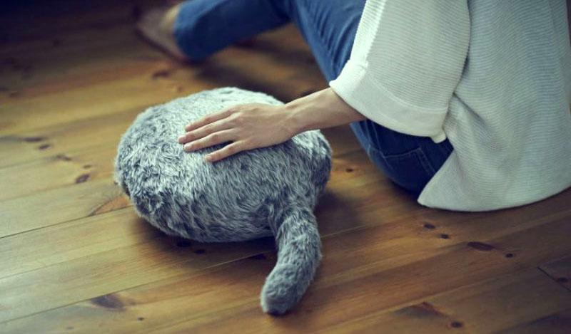 Подушка Qoobo. Подушка - котозаменитель на полу