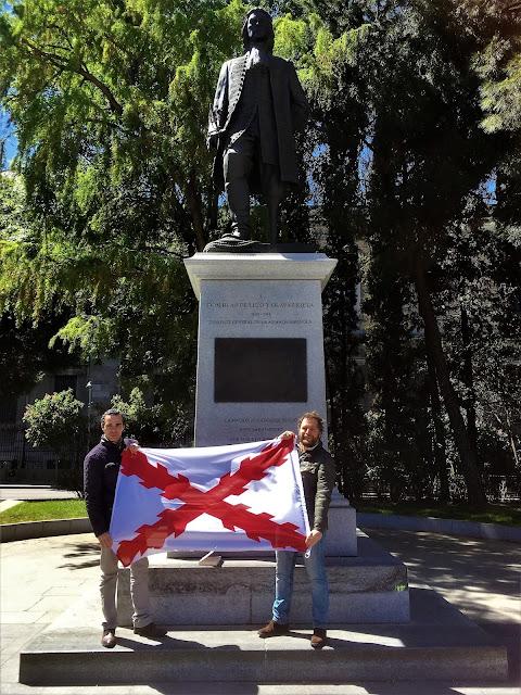 Bandera de Borgoña con el ilustre escultor Salvador Amaya en la estatua de Blas de Lezo - Plaza de Colón - Madrid - el troblogdita - ÁlvaroGP