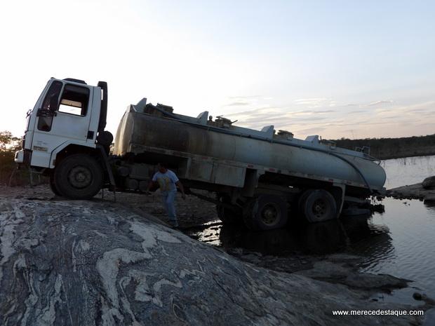 Caminhão pipa cai dentro de barragem enquanto era carregado com água