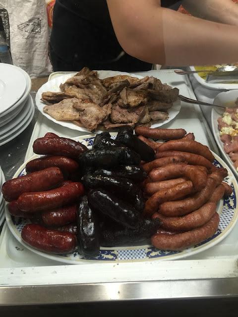 Carnes y embutidos a la brasa del restaurante casa Aragó I