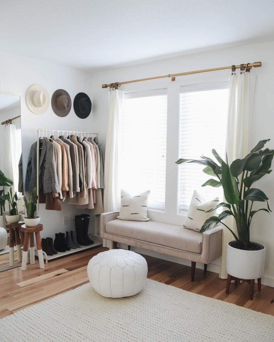 Proste i przytulne wnętrze w bieli, wystrój wnętrz, wnętrza, urządzanie domu, dekoracje wnętrz, aranżacja wnętrz, inspiracje wnętrz,interior design , dom i wnętrze, aranżacja mieszkania, modne wnętrza, białe wnętrza, wnętrza w bieli, styl skandynawski, minimalizm, naturalne dodatki, jasne wnętrza, otwarta garderoba
