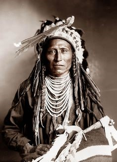 Esta foto foi tirada em 1899, e mostra um Shoshone indiano chamado Heebe-T-tse.