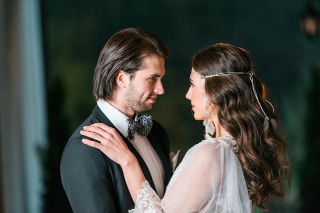 Rozpuszczone włosy na ślubie i wiązana opaska ślubna z piórkami.