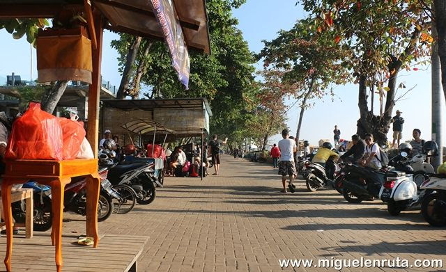Paseo-playa-Sanur