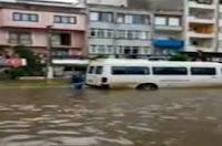 Sel Suyuyla Araba Yıkayan Adam Haberi