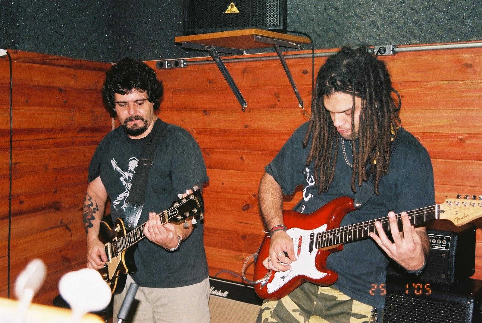 Tadeu Dias (usando guitarra Fender Stratocaster, à direita, ao lado de Xando  Zupo no estúdio Overdrive, em janeiro de 2005. Foto   Grace Lagôa ab14220bf1