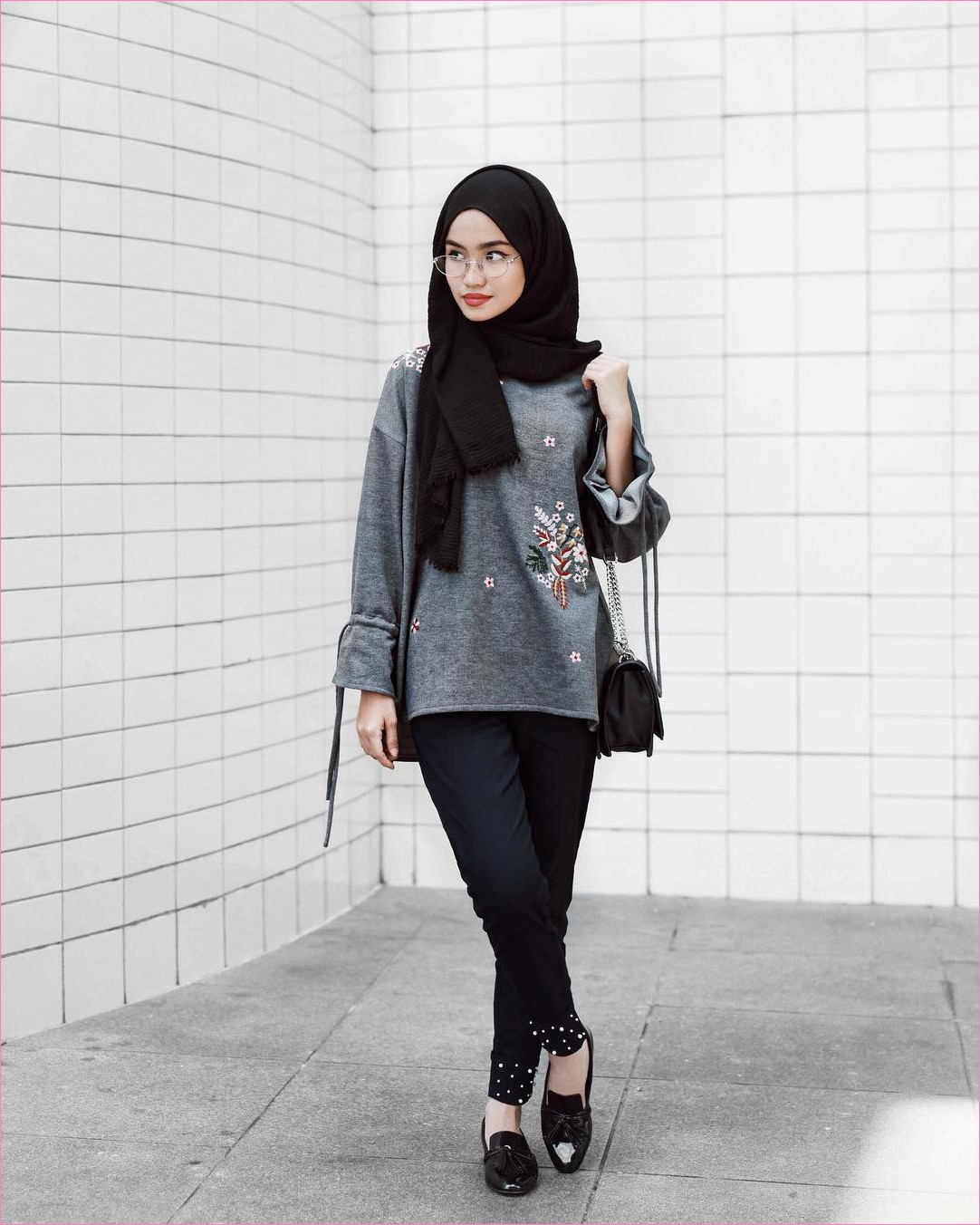 Outfit Kerudung Pashmina Ala Selebgram 2018 hijab pashmina rawis celana bahan hitam legging slingbags flatshoes loafers and slip ons baju top kemeja blouse abu tua kacamata ootd trendy kekinian hijabers tembok keramik putih