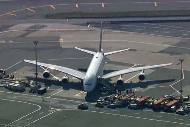 Pesawat Emirates Dikuarantin Sebaik Mendarat Selepas 19 Penumpang Jatuh Sakit!