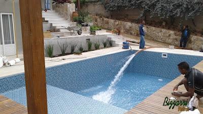 Construção da piscina com o piso de pedra São Tomé serrada branca tamanho 47 x 47 com a execução das escadas de pedra São Tomé com execução do pergolado de madeira e execução do paisagismo em casa em condomínio em Vinhedo-SP.