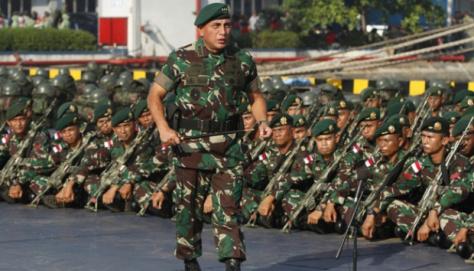 Letjen TNI Edy Rahmayadi memantau pasukan