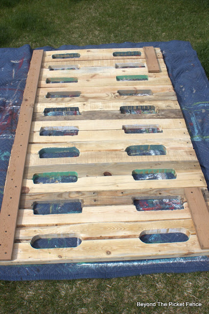 pallets, reclaimed wood, headboard, building, wood, decor, beyond the picket fence, http://bec4-beyondthepicketfence.blogspot.com/2015/05/pallet-headboard.html