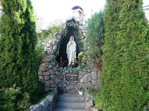 Бердичів. Костел св. Варвари. Грот  Грот Матері Божої Бердичівської побудований в 1756 р, відновлений в 2006 р.