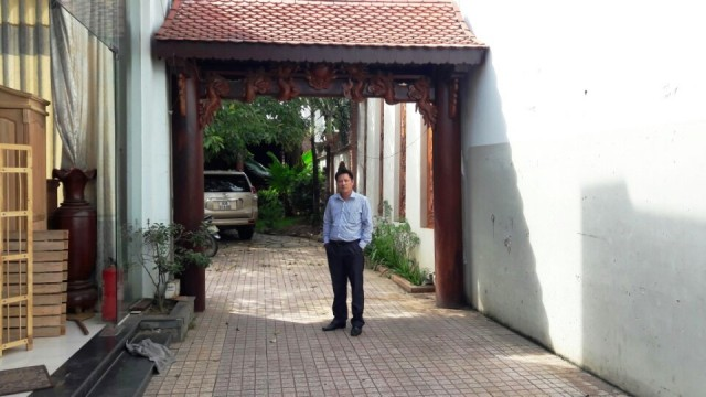 Cổng vào bên trong bên hông Showroom - Biệt thự - Nhà bằng Gỗ Hương mặt tiền quốc lộ 1A trung tâm huyện Trảng Bom Đồng Nai