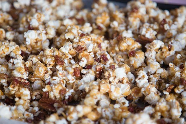 popcorn, pekoni, karamellisoitu