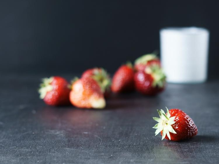 Erdbeere mit weißem Glas im Hintergrund {by it's me!}