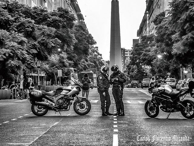 Avda.Cerrada por dos policías y sus motocicletas.