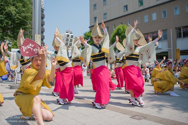吹鼓連、高円寺駅北口広場での舞台踊りの写真 3