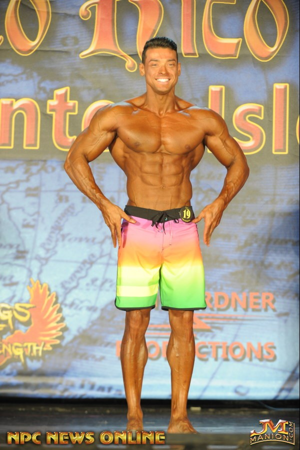 Felipe Franco mostra corpo trincado no palco do IFBB Puerto Rico Pro. Foto: NPC