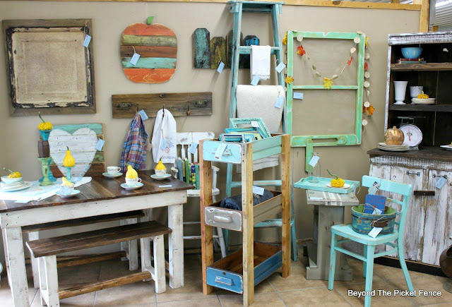 farmhouse, fall display, vintage, reclaimed wood, barnwood, antiques, http://goo.gl/CJQLRN