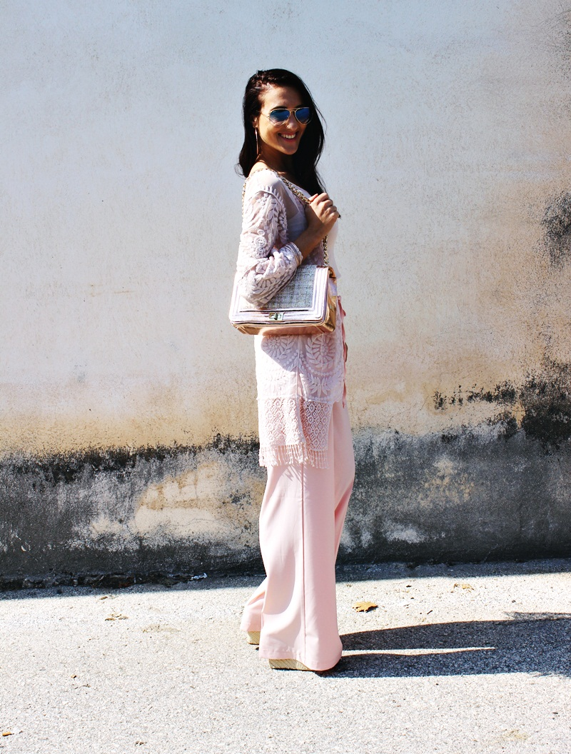 pink i roze zlato outfit ideja: roze pantalone, roze kimono od cipke i roze zlatni detalji