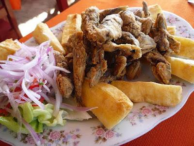 Foto de una comida de anchovetas (Chicharrón)