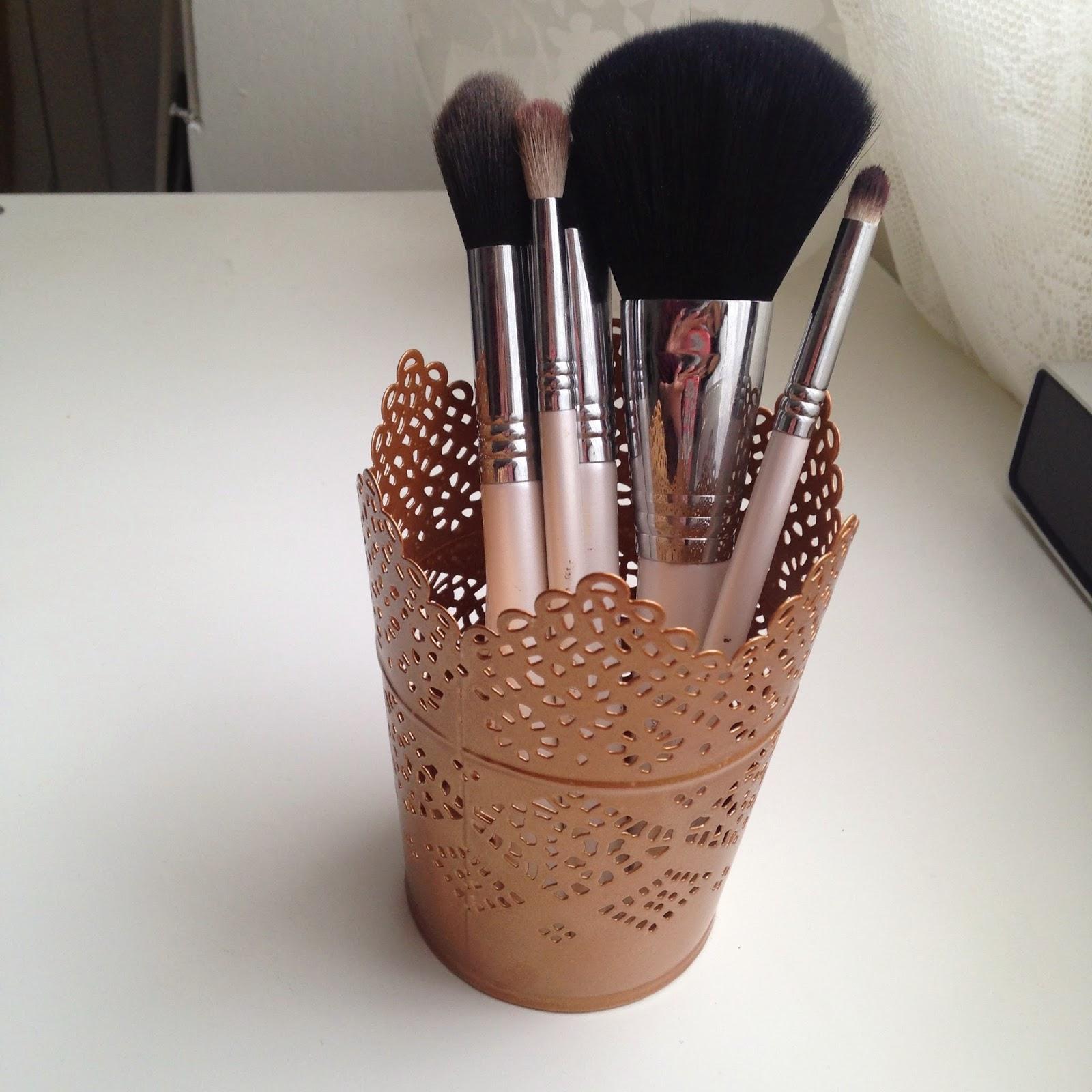 pretty makeup brush pot mugeek vidalondon. Black Bedroom Furniture Sets. Home Design Ideas