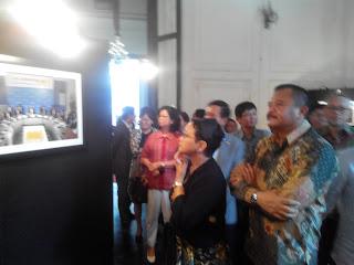 Bu Retno Marsudi sedang asyik mengamati beberapa foto yang ada